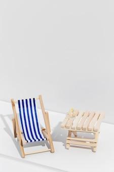 Kleine zonnebank naast houten tafel