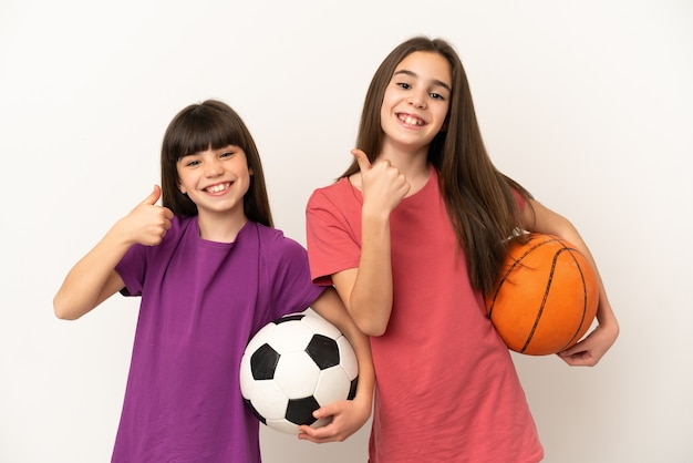 Kleine zusjes voetballen en basketballen geïsoleerd