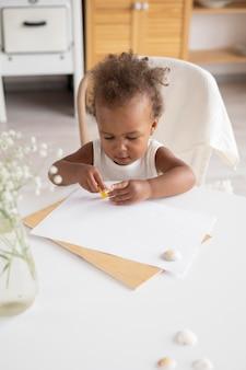Kleine zwarte babymeisje met kopie ruimte