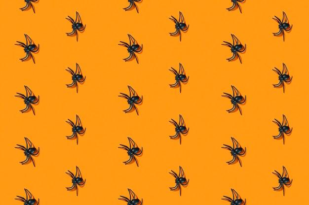 Kleine zwarte spinnen gelegd in rijen