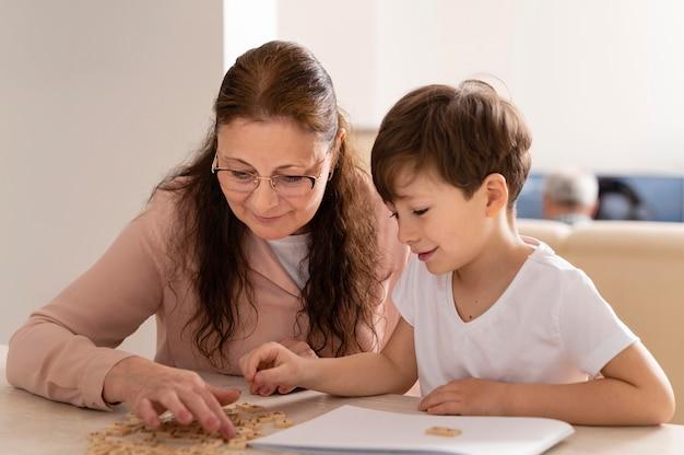 Kleinkind huiswerk met grootmoeder