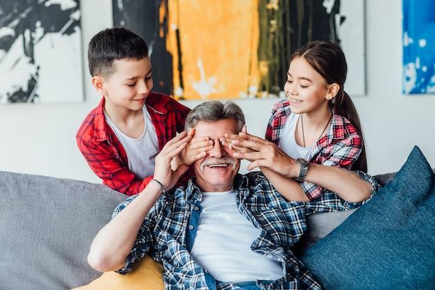 Kleinkinderen man een verrassingen van hun grootvader. weekendtijd.