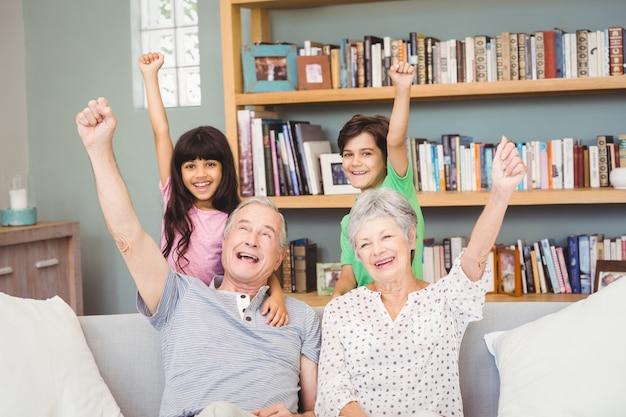Kleinkinderen met grootouders die succesteken gesturing