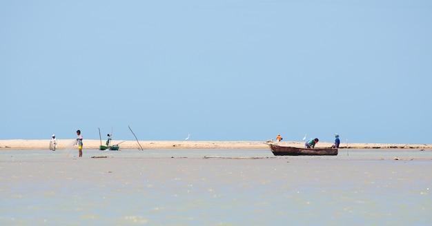 Kleinschalige vissersboot in kustlandschap