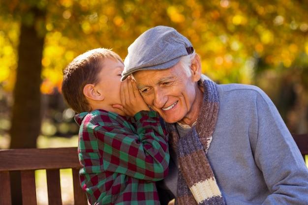 Kleinzoon fluistert tegen grootvader