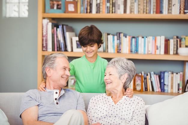 Kleinzoon met grootouders in woonkamer