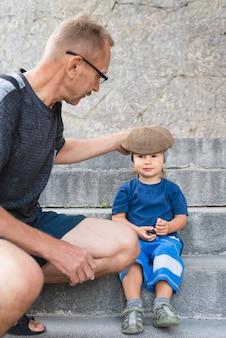 Kleinzoon op trappen met opa