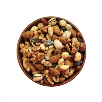 Kleiplaat met noten op wit. bovenaanzicht