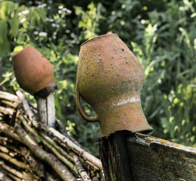 Kleipot op een oud hek in het dorp