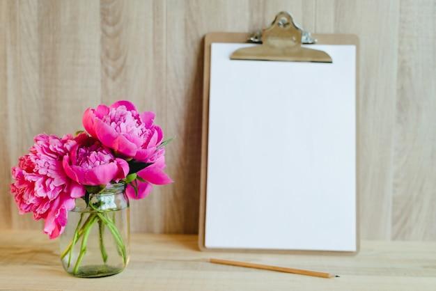 Klembord en bloemen