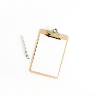 Klembord en pen op witte achtergrond. platliggend, bovenaanzicht