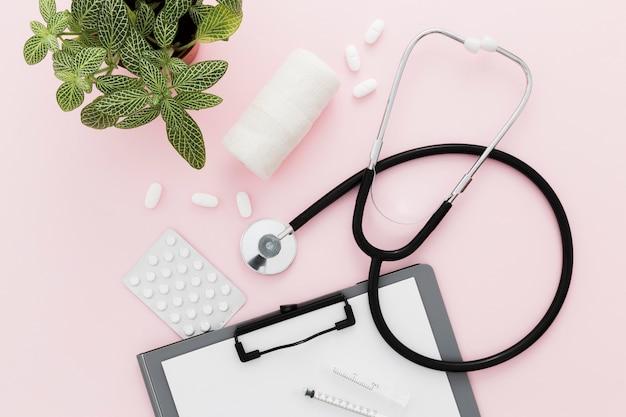 Klembord en stethoscoop op bureau