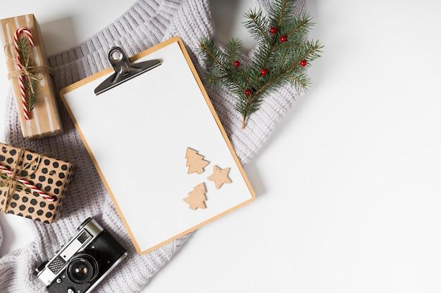 Klembord met geschenkdozen en fir boomtakken