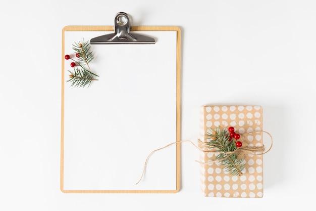 Klembord met kleine geschenkverpakking op tafel