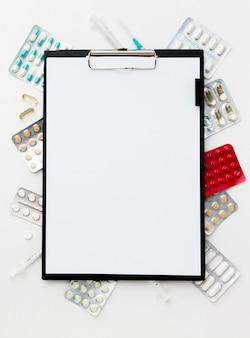Klembord met pillen frame op het bureau