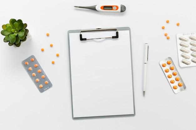 Klembord met pillen naast