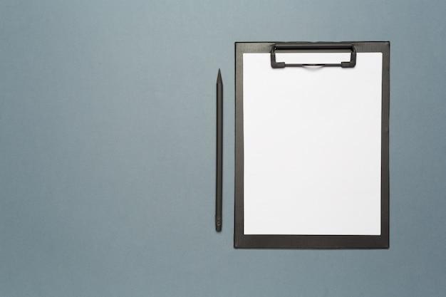 Klembord met potlood en blanco vel papier