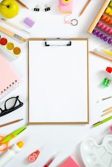 Klembord met schoolaccessoires. plat leggen. kopieer ruimte