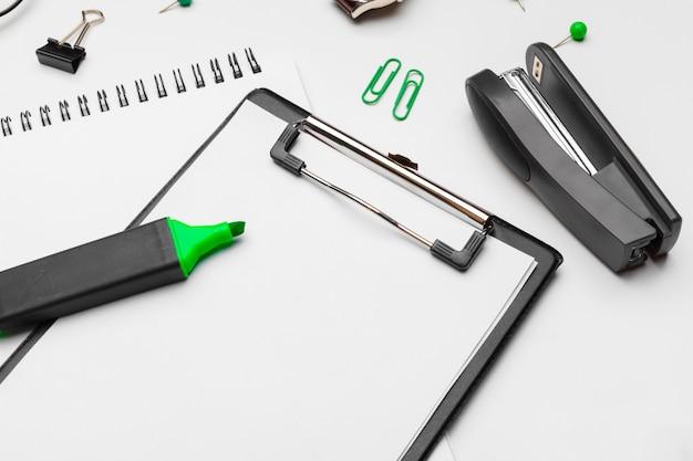 Klembord met wit blad en pen die op een wit wordt geïsoleerd. bovenaanzicht