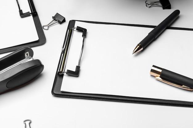 Klembord met wit vel en pen