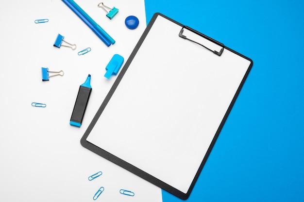 Klembord op levendige duotoon blauw en wit