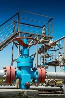 Klep met leidingen in de fabriek voor gasproductie