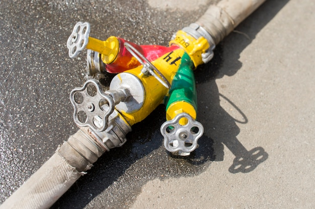 Kleppen en kleppen van een brandpomp met water tijdens een brand close-up