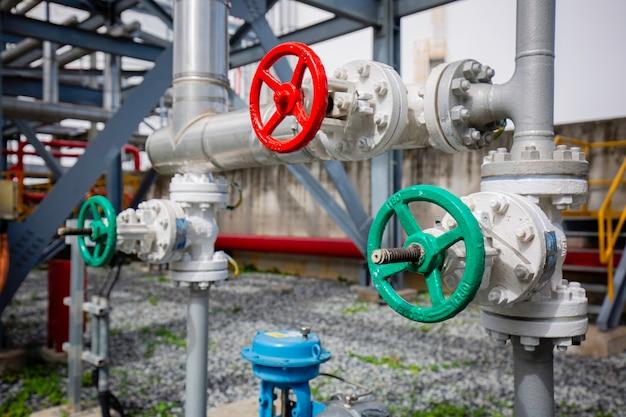Kleppen olie- en gasleiding op gasfabriek drukveiligheid.