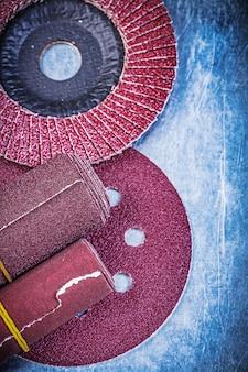 Klepschuurschijven schuurwielen opgerold schuurpapier op metalen tafel