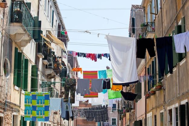 Kleren die aan een waslijn hangen om te drogen.