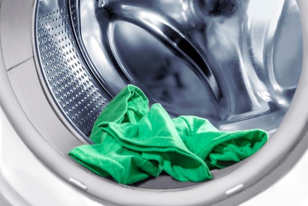Kleren in de wasmachine buis