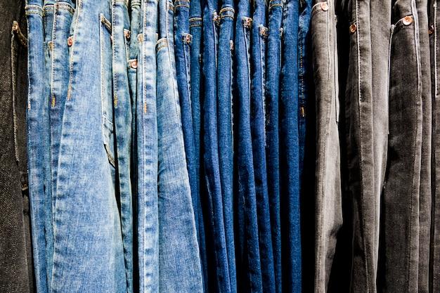 Kleren in een kledingwinkel