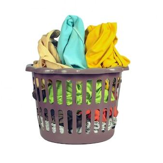 Kleren mand bij de hand wassen of wassen in een was winkel op wit
