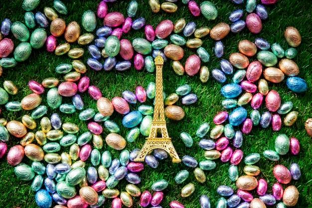 Kleur chocolade paaseieren en gouden eiffeltoren souvenir