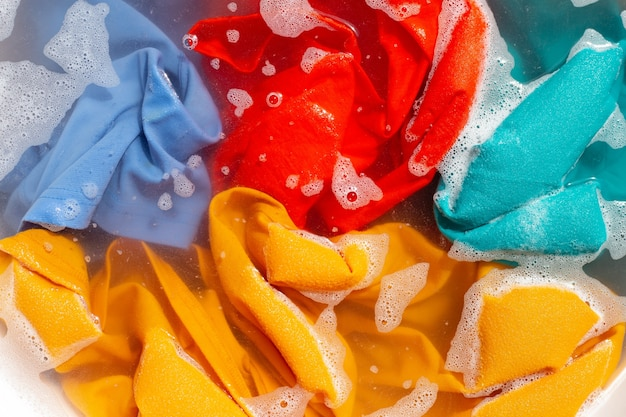 Kleur kleding weken in poeder wasmiddel water oplossen. wasconcept