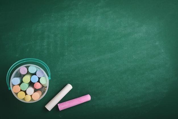 Kleur krijt potlood op groen schoolbord. concept terug naar school. bespotten voor ontwerp. ruimte kopiëren. onderwijsconcept.