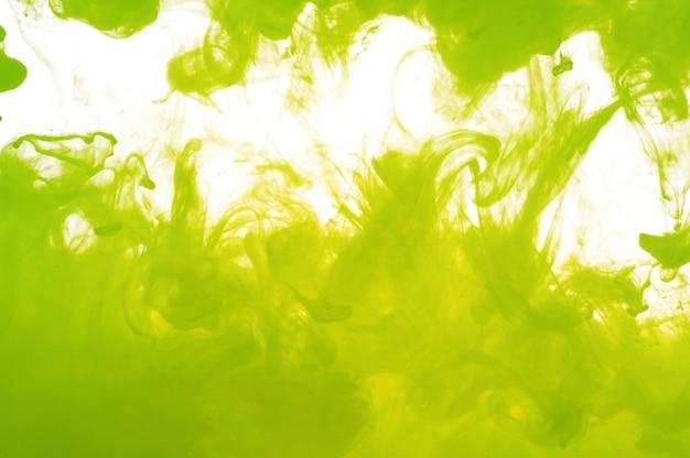 Kleur opgelost in water met witte achtergrond