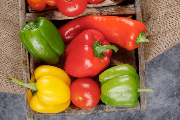 Kleur paprika in een rustieke lade. bovenaanzicht