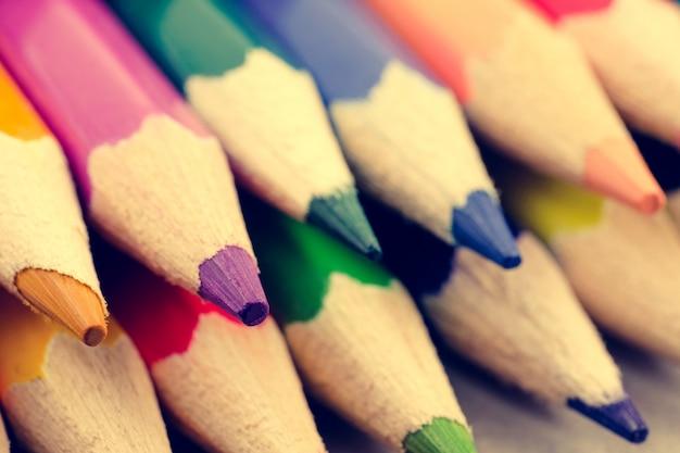 Kleur potloden close-up. het concept van tekengereedschappen.
