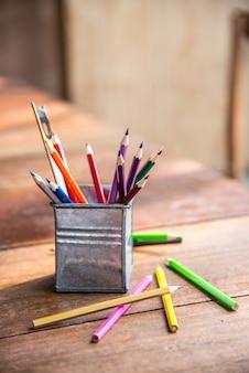 Kleur potloden, crayon op de ijzeren pot met liniaal