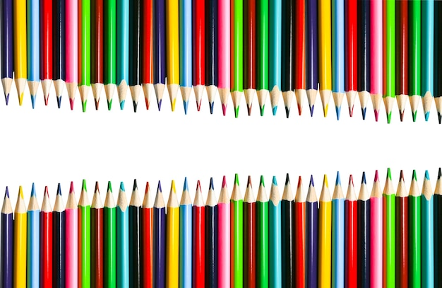 Kleur potloden liggend op een witte achtergrond. terug naar schoolconcept. kleurrijk kunststudie- en schilderproces. tekenen met potloden. kopieer de ruimte voor een ansichtkaartwens.