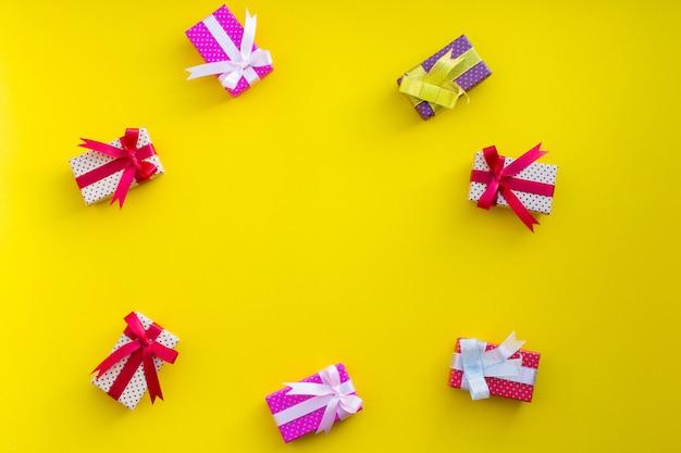 Kleur van geschenkdoos met winkelen op kleur achtergrond.