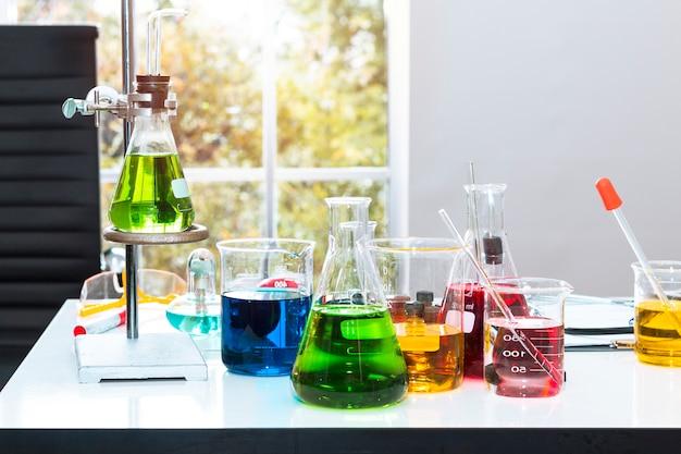 Kleur water in reageerbuis en bekerglas.