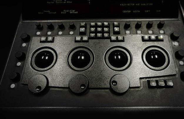 Kleurcorrectiecontrollermachine in studiolab voor kleurcorrectiekamer voor het bewerken van videokleurtoon.