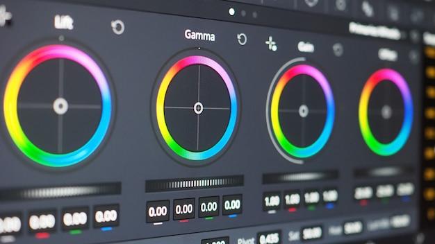 Kleurcorrectiegrafiek of rgb-kleurcorrectie-indicator op monitor tijdens postproductieproces. telecine-fase in de verwerking van video- of filmproductie. voor colorist bewerk of pas kleur op digitaal aan