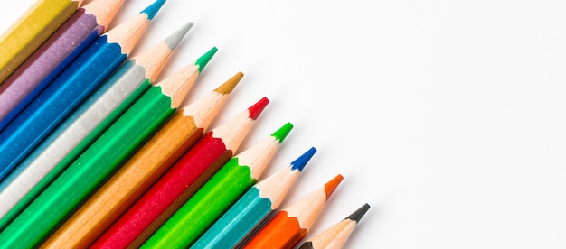Kleuren houten potloden die op witte achtergrond worden geïsoleerd. veelkleurig palet voor tekenen,