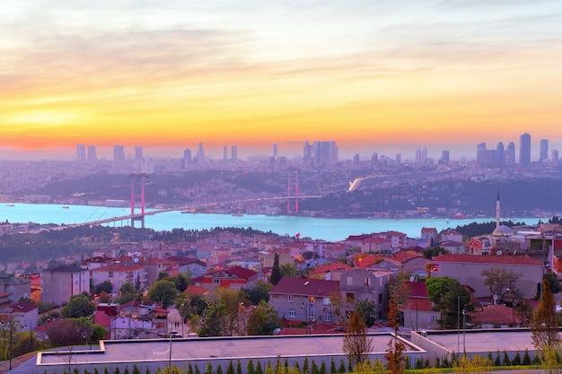 Kleuren van istanbul, de bosporus-brug en de skyline van de stad bij zonsondergang.