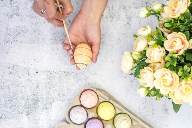 Kleurende eieren voor pasen bovenaanzicht. close-up van een ei en penseel.