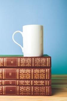 Kleurenkop thee met boeken op lijst