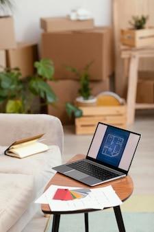 Kleurenpalet en laptop met boek voor huisrenovatie